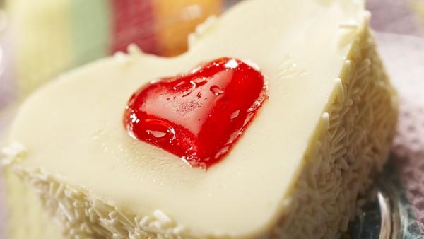 Сердце в пирожном красивые обои hd бесплатно