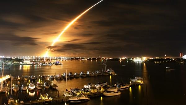 Широкоформатное фото ночной пристани для лодок