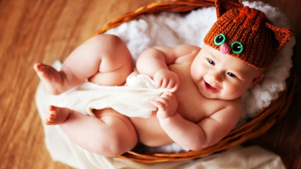 Милый малыш в шапочке