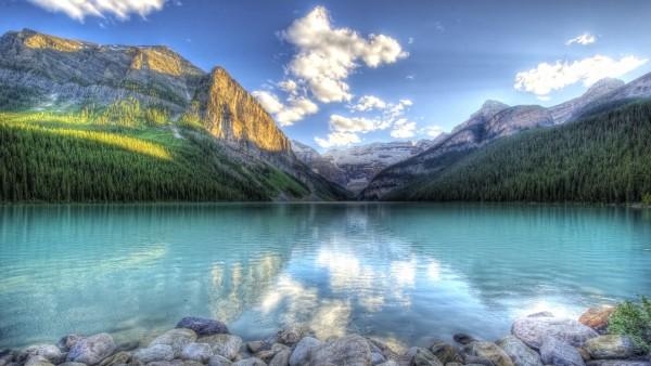 Широкоформатное фото озера с каменным берегом