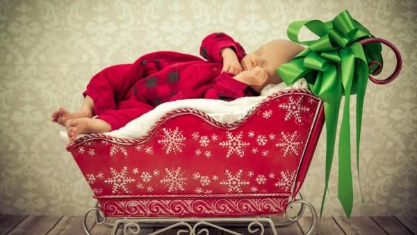 Спящий младенец на красных санях