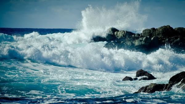 Широкоформатная обойка небольшого шторма на море
