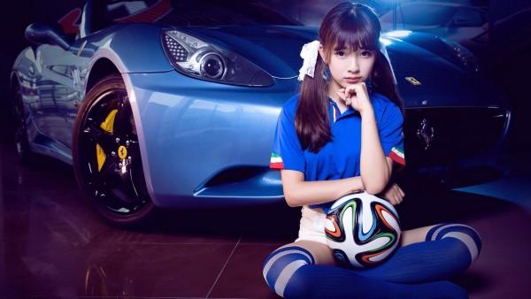 Красивая футболисточка у спорткара автомобиля обои hd бесплатно