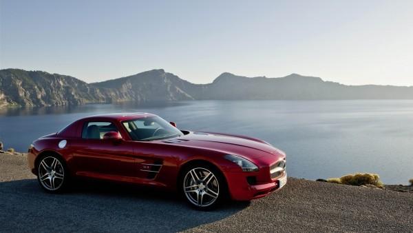 Красный Mercedes на фоне моря и гор
