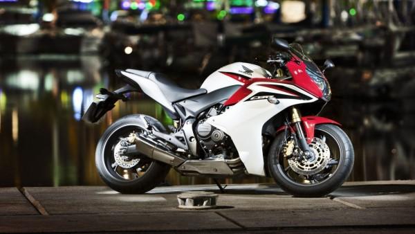 Фото мотоцикла Хонды CBR серого цвета с красными полосами
