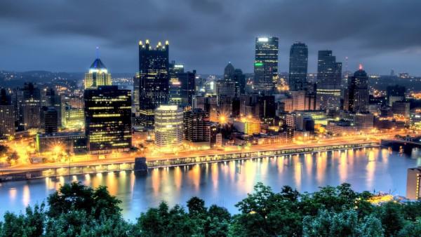 Фото мегаполиса через который проходит река