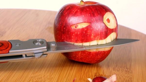Яблоко-нож, яблоко, нож, лицо, схватка, прикольные картинки, юмористические обои, битва