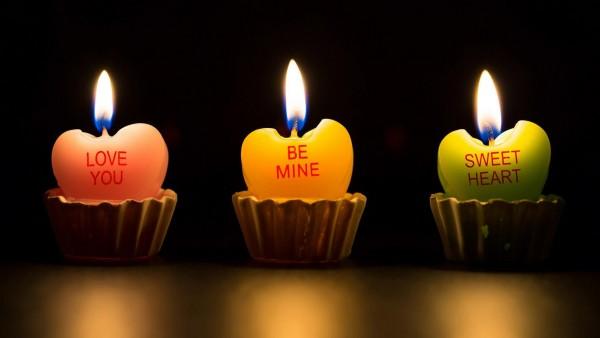 Свечки в виде сердечек на темном фоне, романтические обои hd