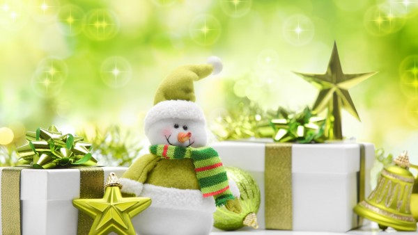 Веселые новогодний снеговик на зеленом фоне
