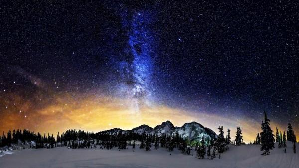 Млечный путь над снежными горами