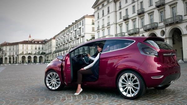 Девушка в Форд Verve