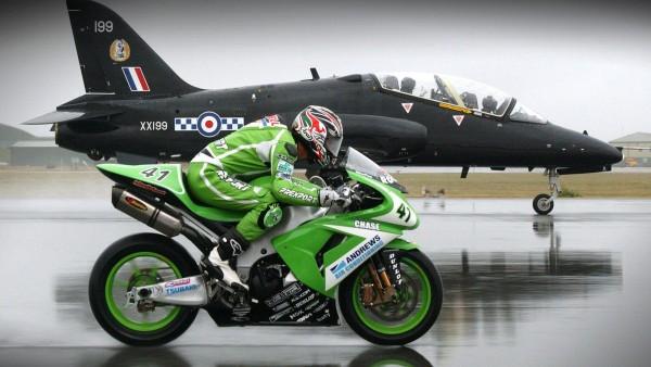 Мотоцикл против самолета