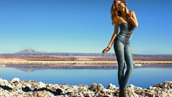 красотка джинсовая девушка