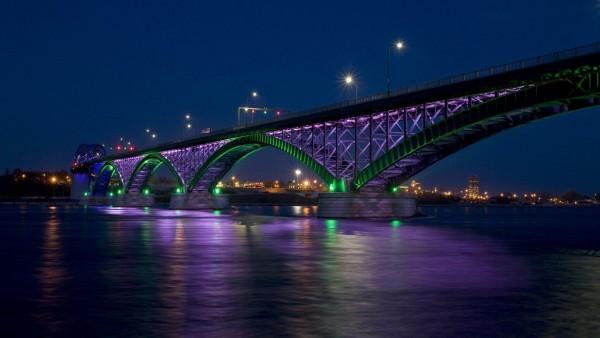 Мост, городские огни, ночь