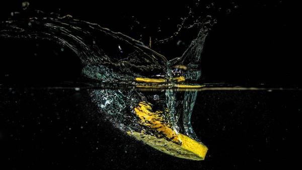 Ломтик лимона в воде