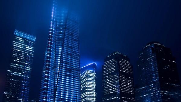 синий свет, ночью над городом, небоскребы