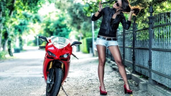 Девушка рядом с Ducati картинки на рабочий стол