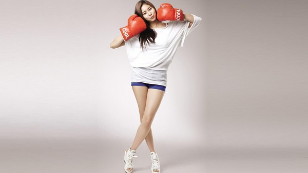 девушка азиатка брюнетка боксерские перчатки в стиле спорт заставки скачать