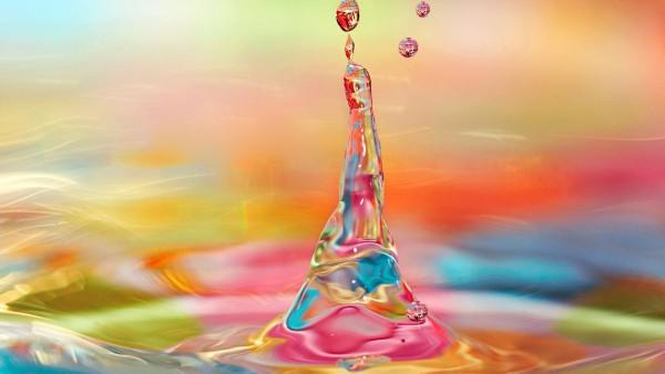 красочные капли воды