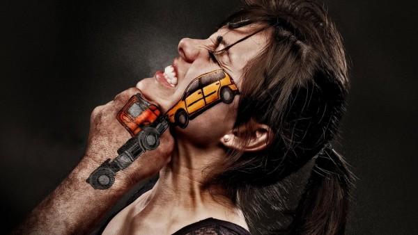 Удар в челюсть девушке, столкновение рисованных автомобилей