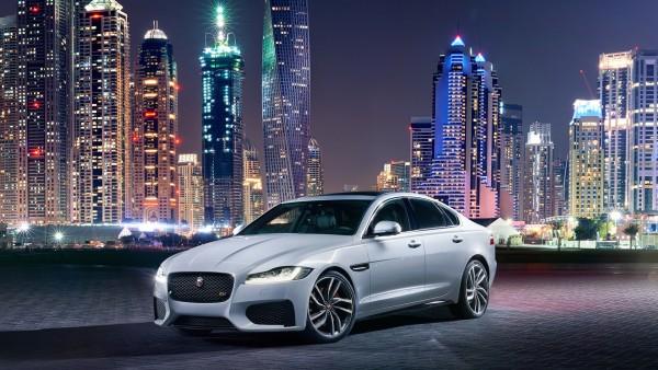 2016 Jaguar XF автомобиль в ночном городе