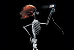 Скелет сушит волосы феном обои на черном фоне скачать