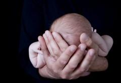 Обои маленького малыша на руках у папы