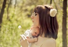 Молодая мамочка с младенцем на руках
