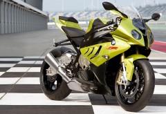 Яркий мотоцикл bmw s1000rr 2014 на гоночной трасе