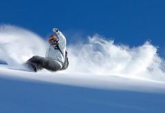 Скользящий по склону сноубордист