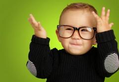 Счастливый мальчик в очках