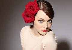 Эмма Стоун с цветами на голове обои скачать