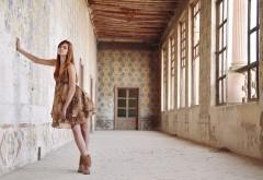 Девушка в заброшенном здании hd обои