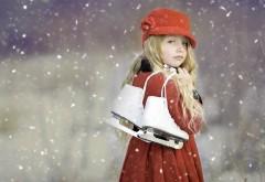 Милая девочка с коньками на снежном фоне обои hd