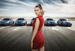Девушка в красном платье Джиджи Хадид на фоне машин БМ�…