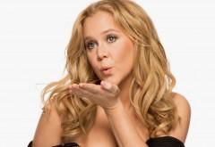 Эми Шумер блондинка посылает воздушный поцелуй на бел�…