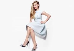 Аманда Сейфрид в платье и каблуках на белом фоне обои hd