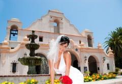 Девушки Невеста позирует на фоне дома обои