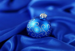 Синий шарик на шёлке обои