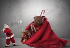 дед мороз тащит огромный красный мешок игрушки с подар…
