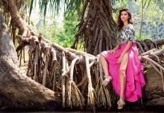 Горячая девушка Паринити Чопра на дереве обои HD