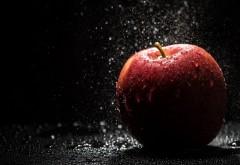 Красное яблоко, макро обои, капли, брызги, падающее ябл�…