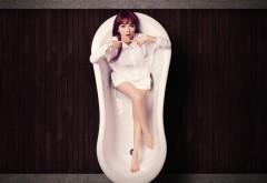 Девушка в ванной, японка