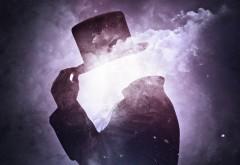 Человек без головы но в шляпе на фоне космоса