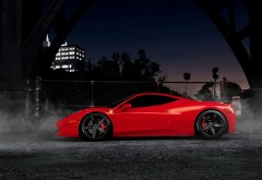 Ferrari 458 красного цвета в городе ночью