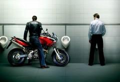 Парень на мотоцикле писает в общественном туалете