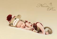Обои спящего малыша в смешной шапке
