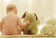 Обои голенького малыша с плюшевыми игрушками