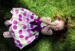 Девочка с закрытыми глазами на траве