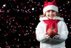 Улыбающаяся девочка с Новогодними игрушками